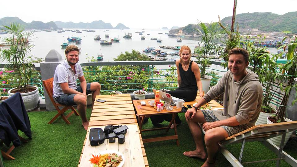 Nhiều khách nước ngoài chọn Mono Homestay Cát Bà để nghỉ ngơi