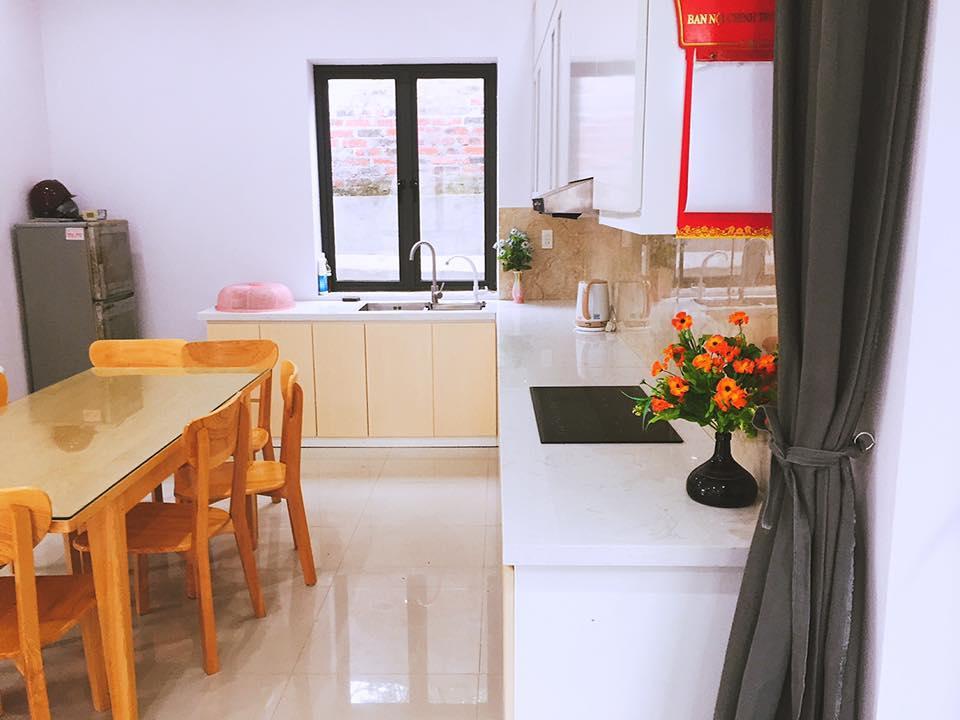 Phòng bếp sạch sẽ, hiện đại tại D'home Homestay Cát Bà