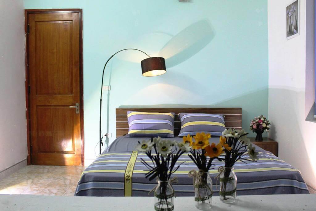 Phòng ngủ cho 2 người tại Cây Thông Villa Homestay đơn giản nhưng tiện nghi