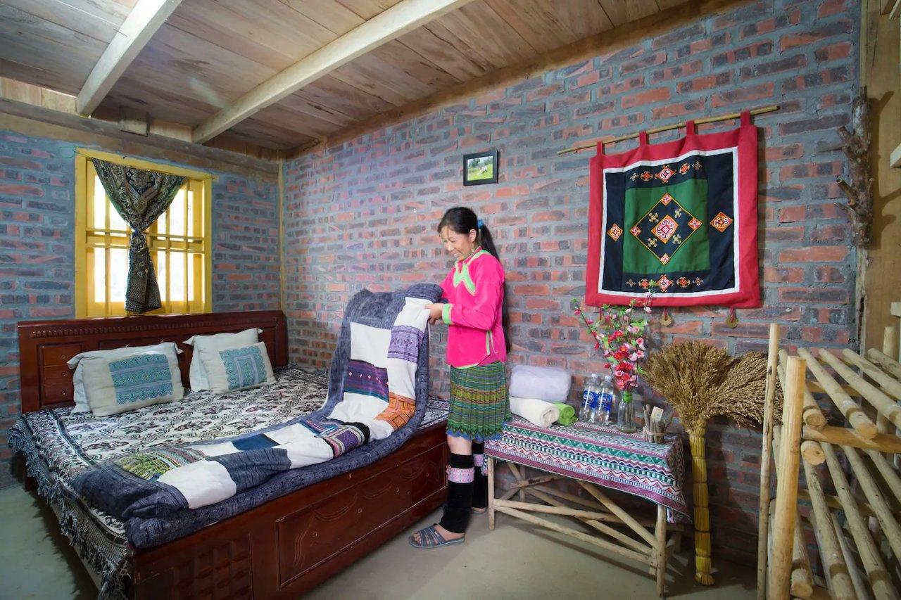 Miku Chill House làm bằng gỗ với tường gạch mộc